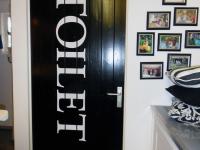 tekst-deursticker-wc-folie-gesneden-200x150